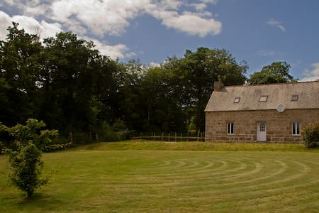 Idyllic Rural Retreat with Games Room - Lanrivain - House