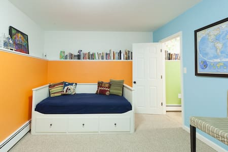 Clean Private Bathroom and Entrance - Somerville - Haus