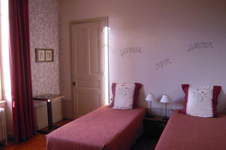 CLOS DE CHARLIEU chambre /room DUO - Bed & Breakfast