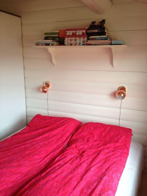 Soveværelse med dobbeltseng.