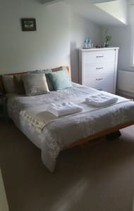 Large, light double room 20min to Central London! - Huoneisto