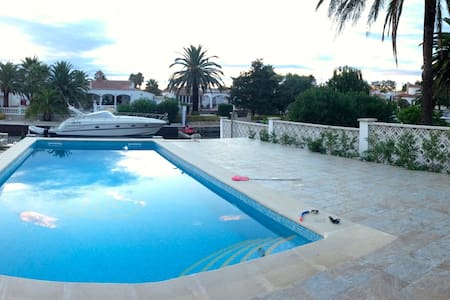 Villa on the Canal - Empuriabrava