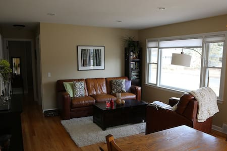 Cozy clean home near UW Hospital. - Madison - Casa