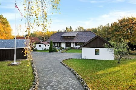 Large house close to the sea. - Manstad - House