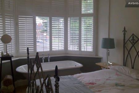 Modern Room, Great location - Stretford