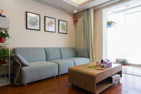 6号线青年路精装榻榻米卧室,明亮北欧风,看得见风景的房间。 - Beijing - Lägenhet