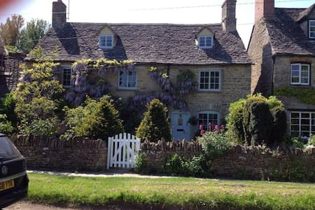 Cotswold cottage in lovely village - Huis