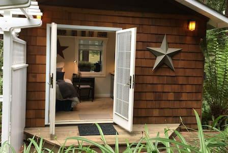 Quaint Guest Cottage near Downtown