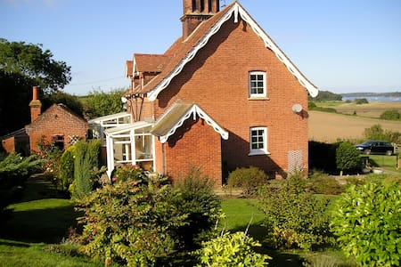 Suffolk country cottage. `Snug, modest not deluxe. - Casa