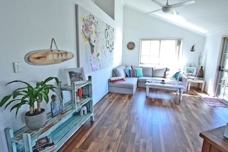 Your Home Away From Home With Beachy Vibes - Elanora - House