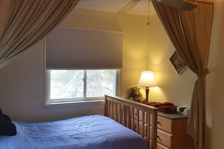 Large Apt Clean Bedroom near New Paltz Poughkeepie - Appartement