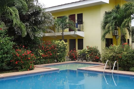 Nice room w/priv. bathroom, pool, 1mn main street - Coco - Condomínio
