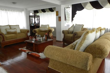 BEAUTIFUL VIEW IN A FAMILIAR HOUSE3 - Quito  - Bed & Breakfast