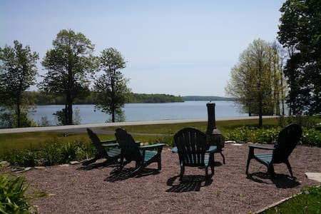 Lakefront Spacious Studio Apartment - North Hero - Leilighet