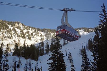 Mountain adventure- steps to ski lift! - Lakás