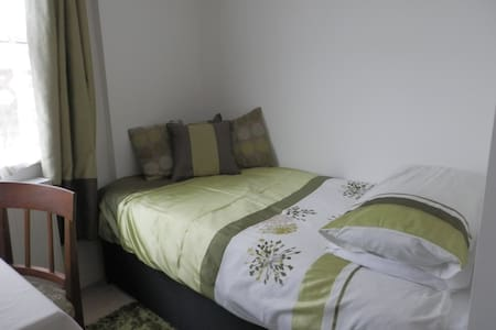 Single room e-s, in friendly home on the outskirts - House