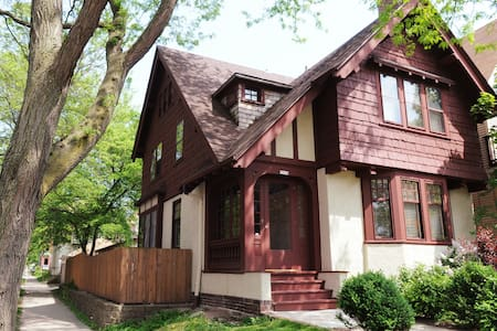 East side Arts & Crafts Tudor - Milwaukee - Hus