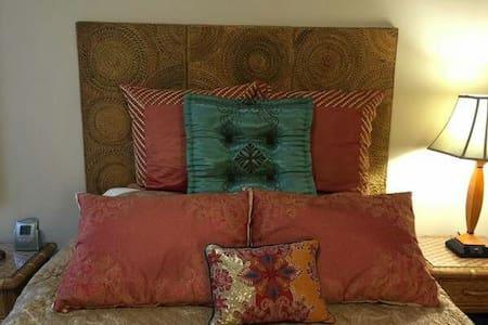 Spacious private bedroom - Ház