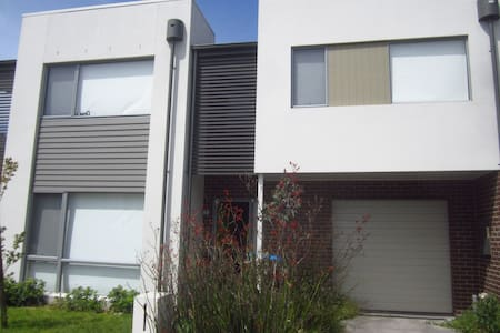 Private Room in 3 Bedroom Townhouse - Wantirna South