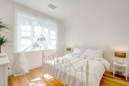 Cozy, Unique Old Station House- Surrey - Oxshott - House