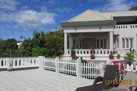 Casabella Grenada Double+ room - Lance aux Epines - Bed & Breakfast