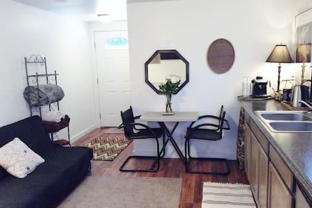 Parkside Studio Cottage & Parking  - Appartement