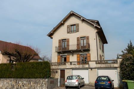 Maison Fleurie chambre grand lit - Annecy-le-Vieux - Bed & Breakfast