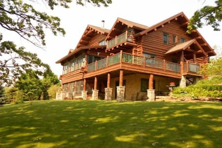 Beautiful Full Log Lodge on 44 Acre - Blue Mounds