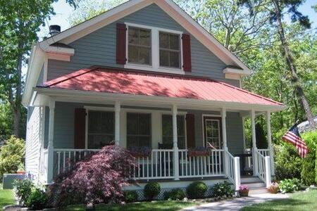 Classic Hamptons Cottage - East Quogue - House