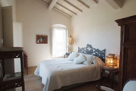 Elegant B&B amongst the beautiful tuscan hills.  Family run atmosphere  10 minutes away from
