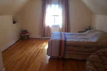 Large room in quaint suburban 'cuse - Casa