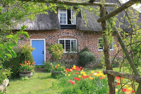 Pretty Thatched Cottage in Lovely Location - House