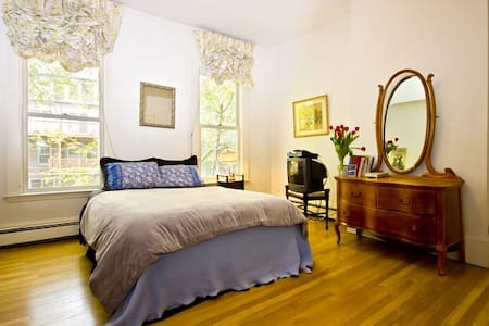 Room type: Private room Bed type: Real Bed Property type: Townhouse Accommodates: 2 Bedrooms: 1 Bathrooms: 0