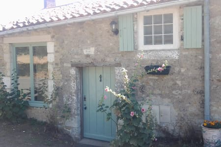 Rural cottage with heated swimming pool & gardens - Maison