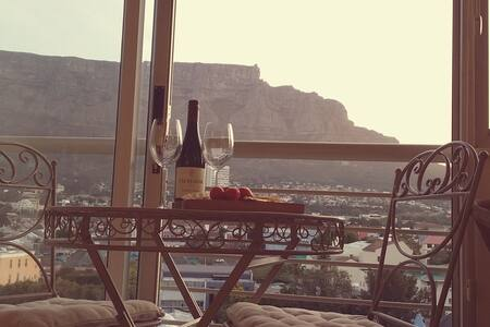 African chique with stunning Table Mountain views - Apartment
