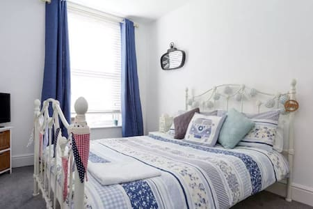 Shabby chic double in stylish house - Portsmouth - House