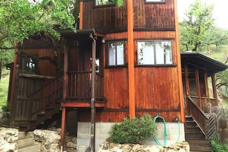 Castle Cottage in the oak woodlands - Ukiah - Rumah
