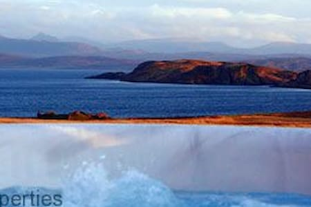 5 star Locholly Luxury Cottage with Hot Tub - Achiltibuie - Casa