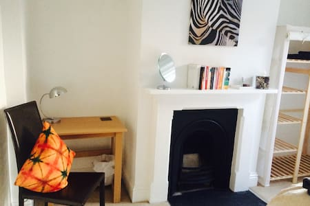Comfortable double room; great central location - Maison
