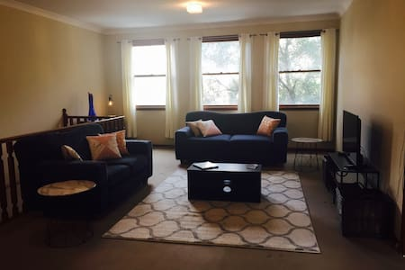 Lovely Huge 2 Bedroom apartment (1 to 6 people) - Chippendale - Apartment