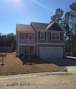 Brand new 4bd home with pool access - Moncks Corner