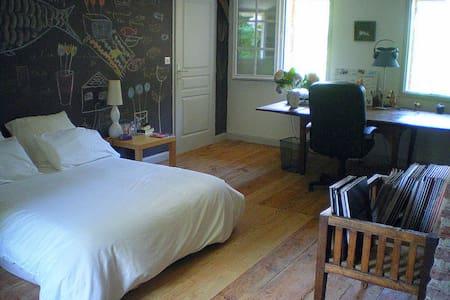 Grande chambre dans maison ancienne - Benquet