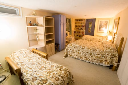 Sleeps up to four, private bath - Madison - Bed & Breakfast