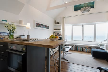 A perfect hideaway for two, this apartment is a stone's throw from one of St Ives' best beaches and has magnificent views across St Ives bay.
