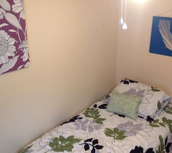 Cozy bedroom in quaint Bedford MA. - Bedford - House