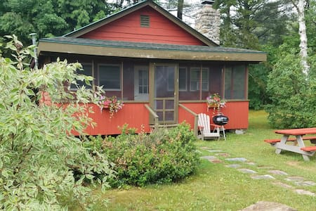 Red Adirondack 2 Bedroom Cabin - Johnsburg - Stuga