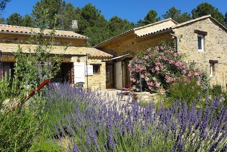 Au pied des Gorges de l'Ardèche.... - Saint-Julien-de-Peyrolas - Rumah
