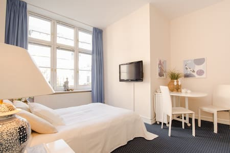 Come home from the bustle of the city to an individually furnished apartment located in a quiet side-street in the heart of Düsseldorf's Old Town. You will find the elegant apartment building just a short walking distance from the famous Königsallee