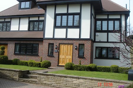 Chigwell; Luxury room with lounge - Chigwell