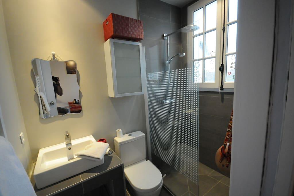 grande salle-de-bain neuve, douche à l'italienne